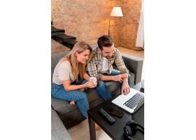 一对夫妇在家中与家人进行视频通话_13453470