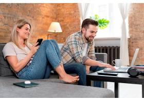 一对夫妇在家中与家人进行视频通话_13453474