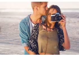 一对情侣在晚间海滩摆姿势年轻的潮女和帅_9361800