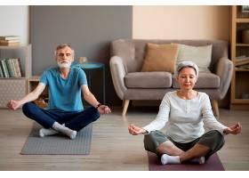 一对老年夫妇在家中一起锻炼_10847276