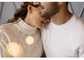 一对迷人的年轻夫妇穿着舒适的白色家装在一_3987009