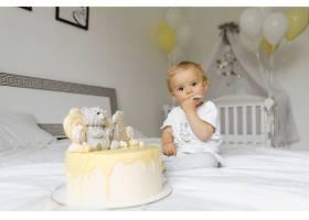 一岁男孩在生日品尝节日蛋糕_4564592