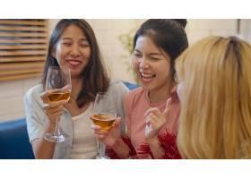 一群亚洲女性在家里开派对_5503822