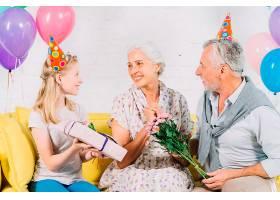 丈夫和孙女给幸福的女人送生日礼物_3492421