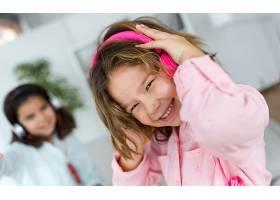 两个年轻的姐妹在家里一边听音乐一边跳舞_1139665