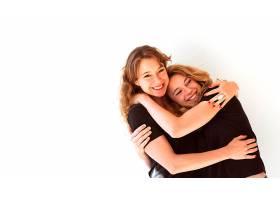 两个微笑的姐妹在白色背景下拥抱的特写_3006334