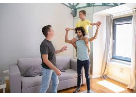 两个快乐的同性恋父子在家里玩得很开心男_11307427