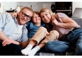 中等程度的幸福父母和孩子_13436790