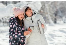 中等镜头微笑的母亲和女孩_13106724