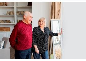 中景快乐的祖父母在室内_12975258