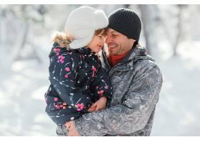 中枪父亲抱着孩子_13106732