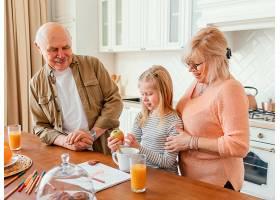 中等镜头的祖父母和孩子在厨房里_12975225