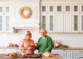 中等镜头的高三夫妇在厨房摆姿势_12975234