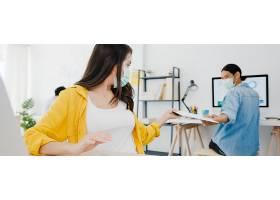 亚洲商务人士在新常态下戴口罩社交防病毒_10074054