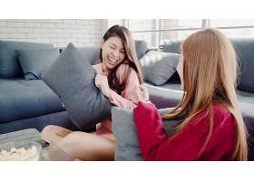 亚洲女人在家中的客厅里玩枕头大战和吃爆米_4015325