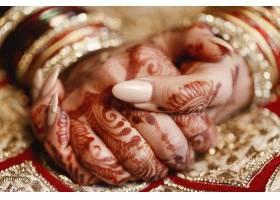 长长的新娘手指上覆盖着曼迪并躺着的特写镜_1613136