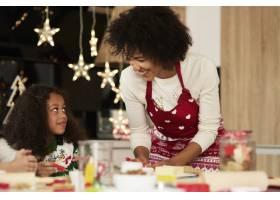 非洲女孩在妈妈的帮助下烘焙饼干_11776165
