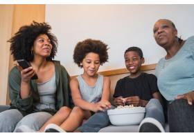 非裔美国人祖母母亲和孩子坐在家里的沙发_10104276