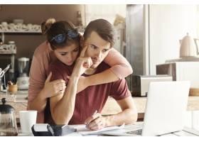 面临经济压力的夫妇年轻的深思熟虑的大胡_9532908