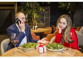餐厅里坐在餐桌旁的悲伤女人_3579202
