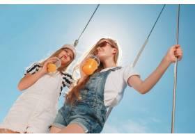 海上游艇上的孩子们喝着橙汁_10596233
