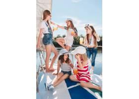 海上游艇上的孩子们喝着橙汁十几岁或儿童_12838085