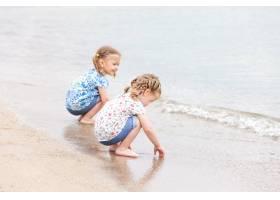 海边的孩子们坐在海水边的双胞胎_8264585
