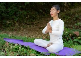 漂亮的女孩们正在公园里练瑜伽_3709478