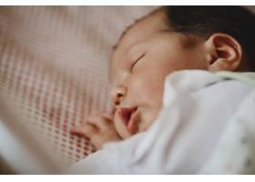 漂亮的新生儿躺在床上睡觉_2915409