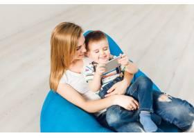 演播室拍摄了一位母亲抱着她的孩子男孩在_9860770