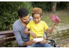 父亲用一部新手机给他的小女儿一个惊喜_11138495
