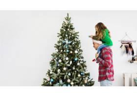 父女俩装饰圣诞树_1437789