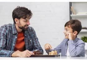 父子俩下着象棋面面相觑_6037351