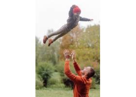 父子俩在花园里玩耍_11033794