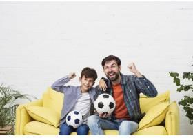 父子俩看足球比赛_6037342