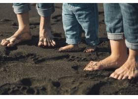 父母和婴儿站在沙滩上的脚_4371400