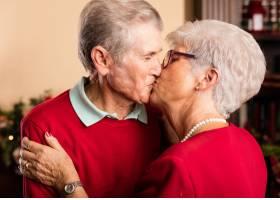 爷爷奶奶在圣诞节互相亲吻_962722
