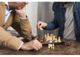 特写儿子和父亲下棋_6881329