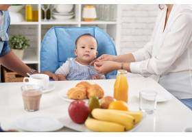 男婴参加家庭晚餐_5577357