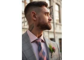 白种人浪漫的年轻新郎在城市里庆祝婚礼现_12726476