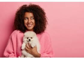 积极的黑皮肤少女留着非洲浓密的发型和_12930272