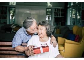 笑容满面的老公惊喜地给妻子送礼盒_4107901