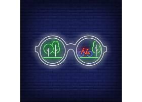 带有绿树和自行车反光霓虹灯标志的太阳镜_4553926