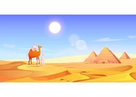 埃及沙漠中的两个人和两头骆驼和金字塔_12900179