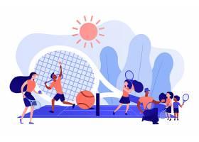夏令营中教练和孩子们在球场上用球拍练习_11664232