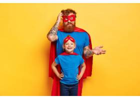 顽皮的父亲带着小女儿穿着超级英雄的服装_12349867