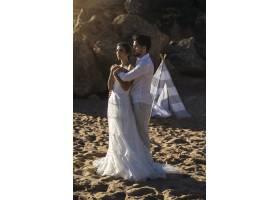 高加索情侣穿着白色衣服在海滩上拥抱拍摄婚_11342418