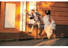 高加索浪漫的年轻情侣在城市里庆祝婚礼现_12726477