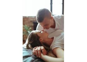 相爱的年轻夫妇在一起共度时光美女和帅哥_11013525