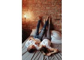 相爱的年轻夫妇在一起共度时光美女和帅哥_11013554